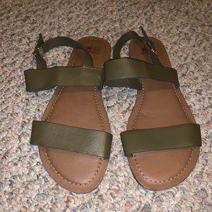 Strapping Flat Sandals